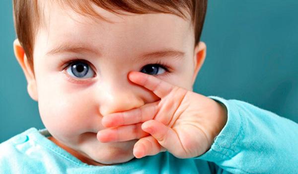 ребенок трогает нос